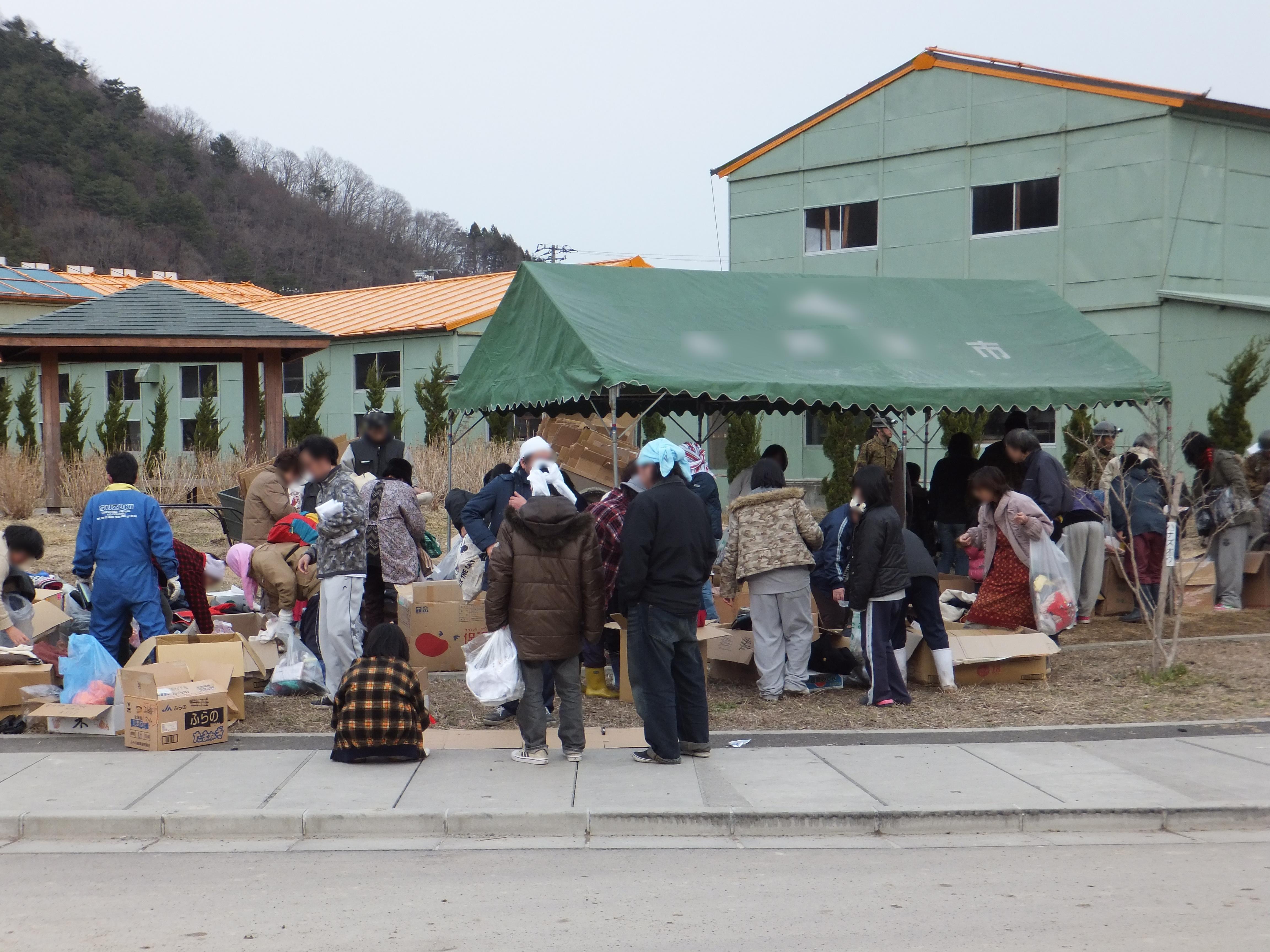 大槌町震災アーカイブ救援物資搬入(吉里吉里小学校)救援物資搬入(吉里吉里小学校)