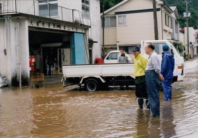 大雨による洪水被害で安渡地区浸...